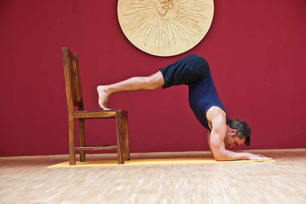 PINCHA MAYURASANA – UNTERARMSTAND - yoga.ZEIT – Das Yogamagazin aus ...