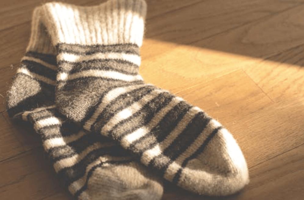 Halte deine Füße warm –am besten mit Fußbädern und weichen, dicken Socken!