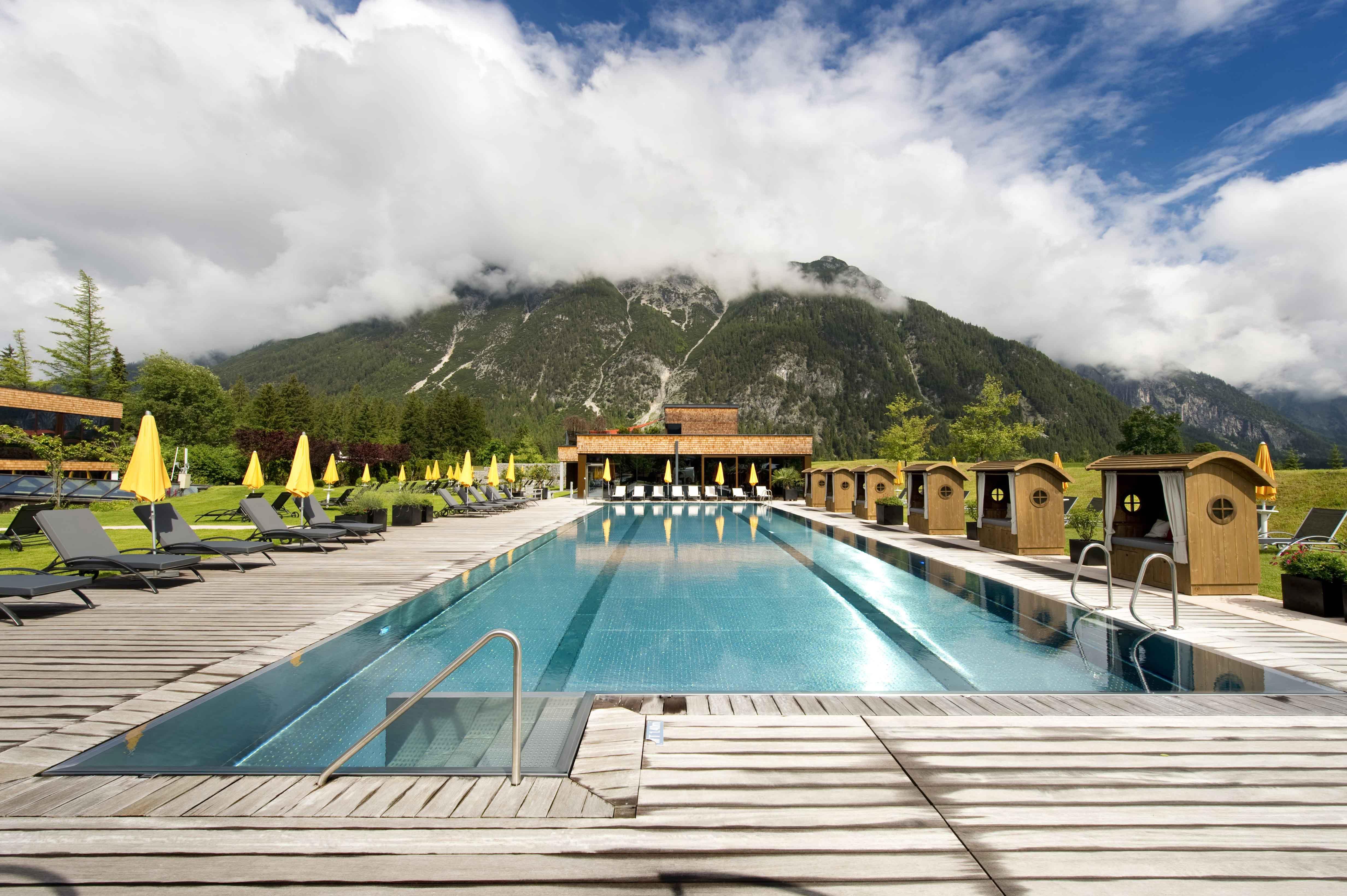 neue Strandkoerbe im Hotel Quellenhof in Leutasch