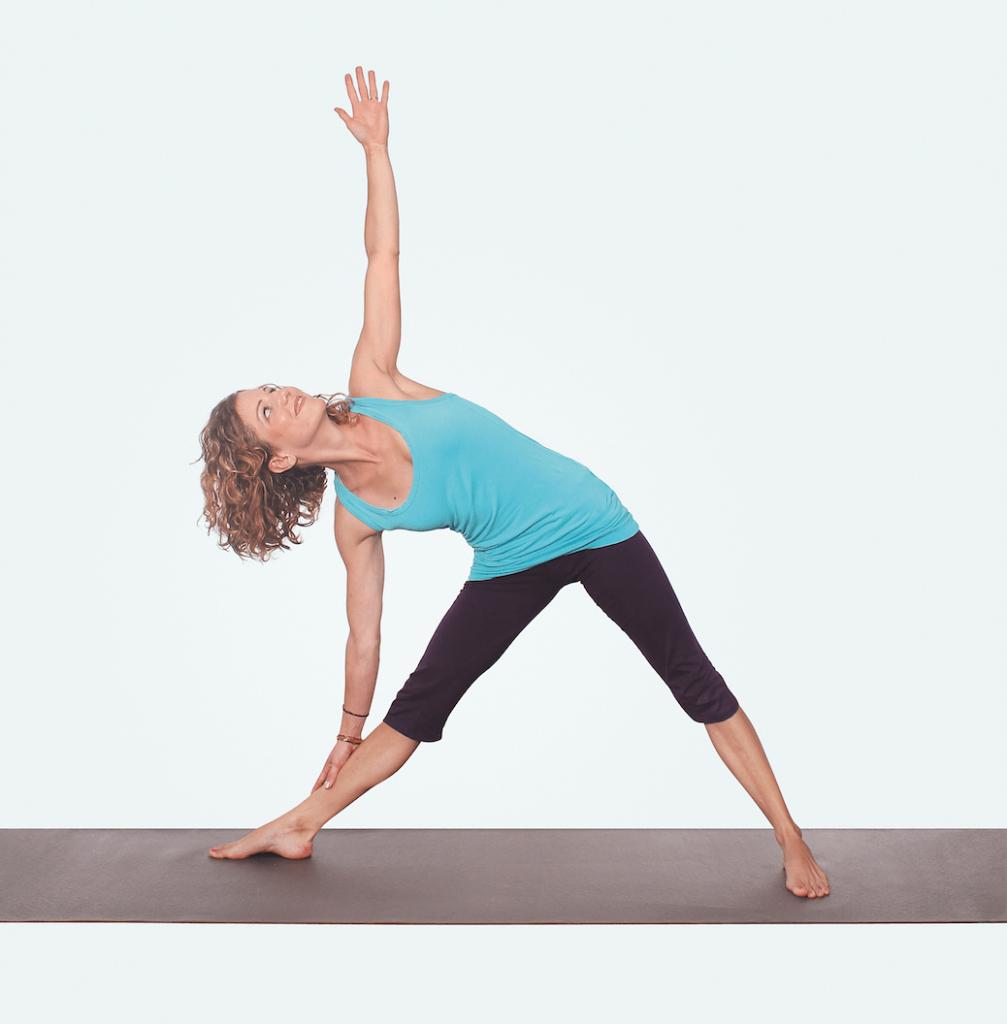 Yogaeinheit für Nacken und Schultern – Yogaübung Trikonasana Dreieck