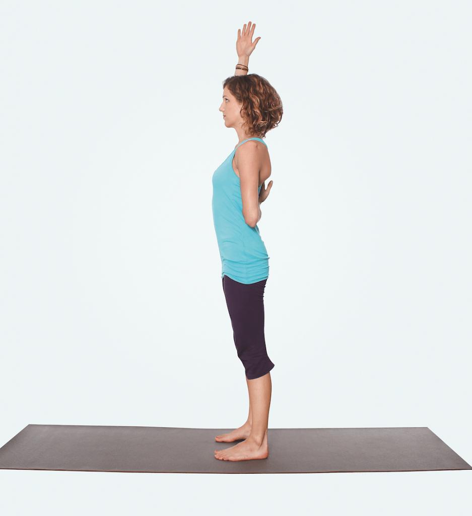 Yogastunde für Nacken und Schultern – Yogaübung für die Schultern im Stehen 1