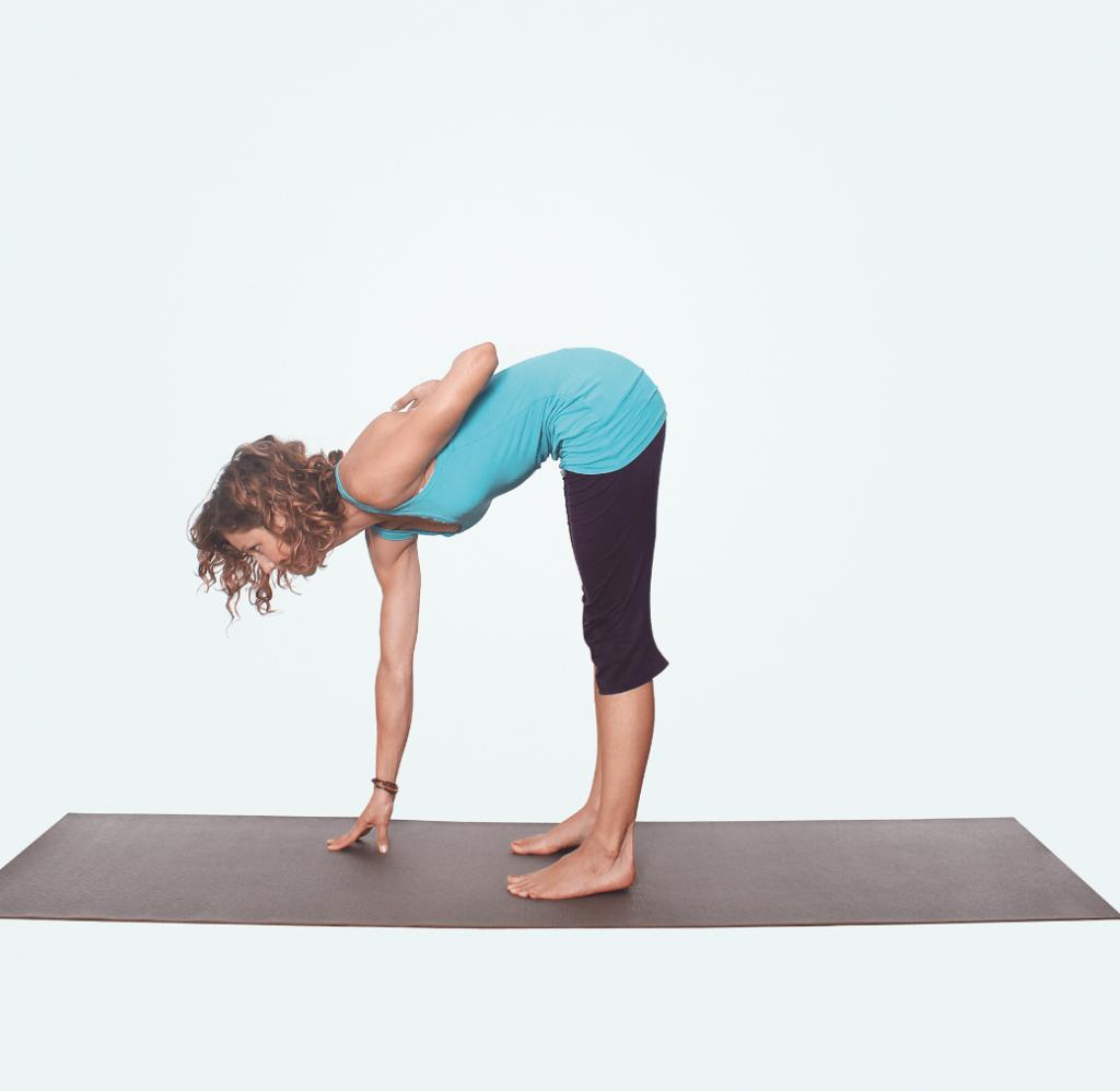 Yogastunde für Nacken und Schultern – Yogaübung Uttanasana Vorbeuge Variante