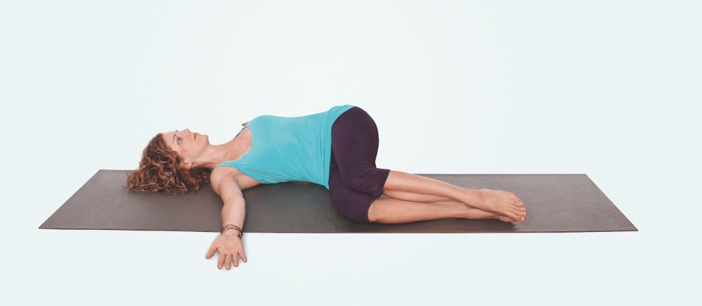 Yogapraxis für Nacken und Schultern – Drehung am Boden 2