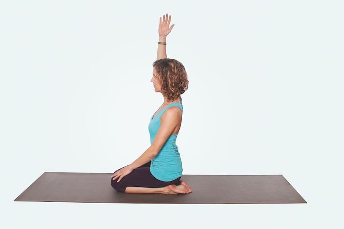 Yogaübungen für Nacken und Schultern – Yoga Fersensitz mit gehobenem Arm
