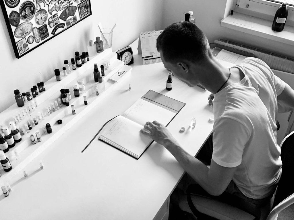 Der Yoga Parfum Gestalter Johannes Maringer bei der Arbeit