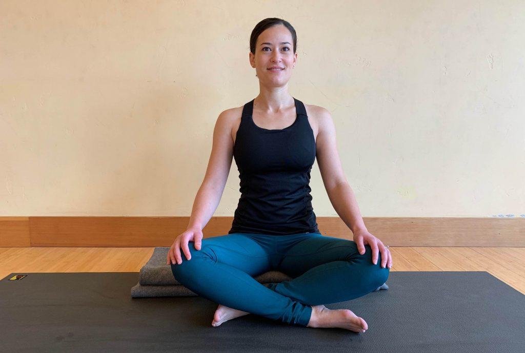 Yogaübung für eine gute Nacht – Einfacher Schneidersitz (©»Yoga für gesunden Schlaf« von Mark Stephens)