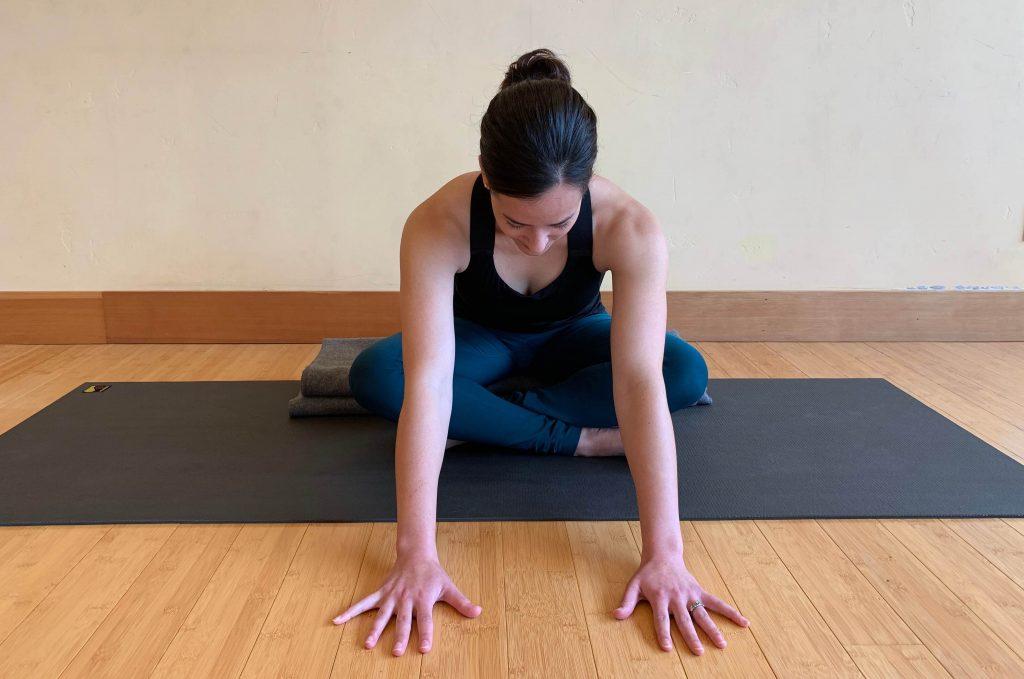 Yogaübung für eine gute Nacht – Einfacher Schneidersitz mit Vorbeuge (©»Yoga für gesunden Schlaf« von Mark Stephens)