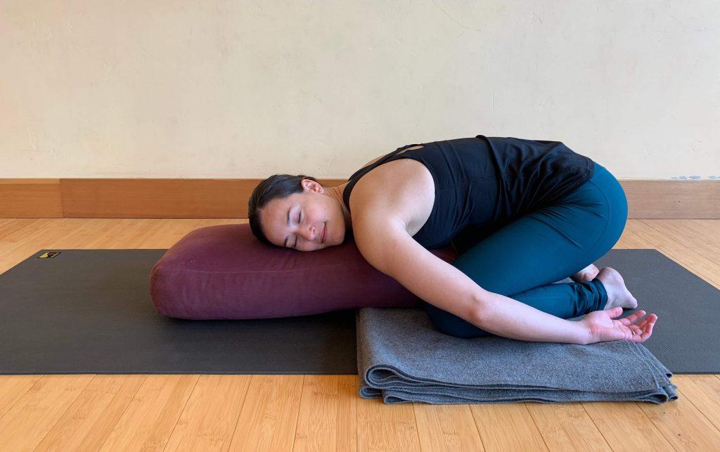 Yogaübung für eine gute Nacht – Das Kind (©»Yoga für gesunden Schlaf« von Mark Stephens)